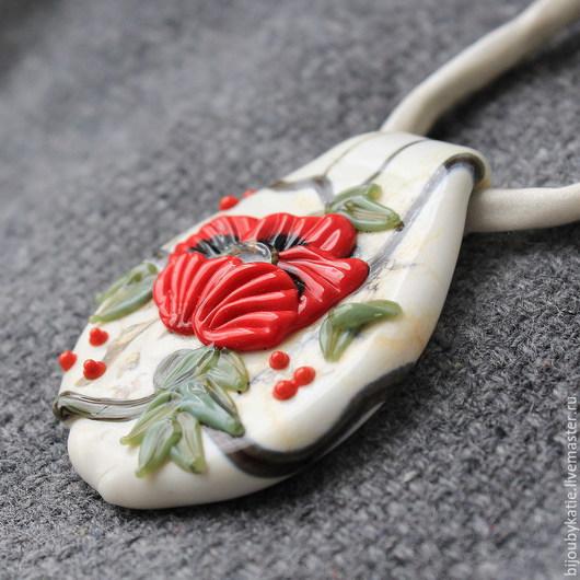 Кулон Лэмпворк ручной работы - Мак Интересный кулон лэмпворк - мак. Основа кулона - лэмпворк бусина каплевидной формы цвета слоновая кость. По этому кулону фактурная роспись стеклом - красный мак