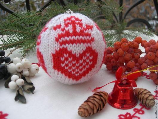 Новый год 2017 ручной работы. Ярмарка Мастеров - ручная работа. Купить Вязаная елочная игрушка Шар на елку коронованное сердце. Handmade.