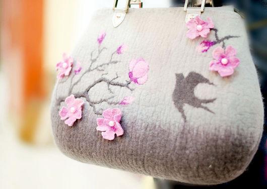 Валяные сумки. Сумка валяная Веточка сакуры. NewVoilok. Ярмарка мастеров. Женская сумка, серая сумка, валяная сумка.