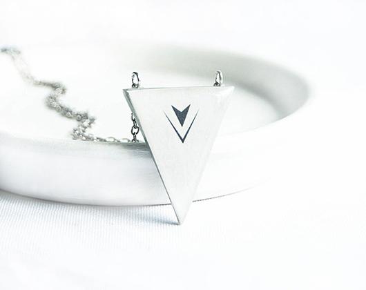 Кулоны, подвески ручной работы. Ярмарка Мастеров - ручная работа. Купить Светло серый треугольный кулон на длинной цепочке. Handmade.