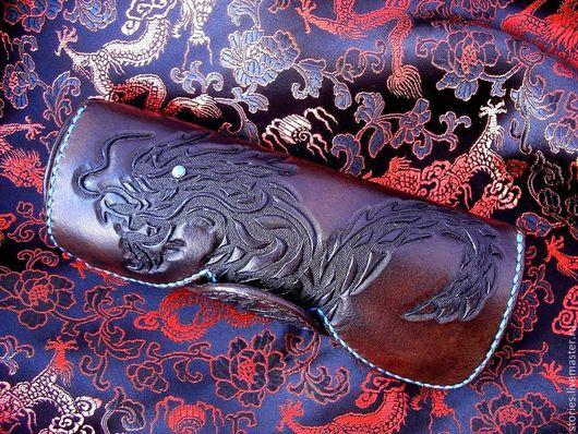Футляры, очечники ручной работы. Ярмарка Мастеров - ручная работа. Купить Очечник из натуральной кожи с тиснением Dragon. Handmade. Кожа