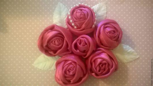 Розы выполнены из атласной ткани, закреплены клеем и нитками. крашение может быть добавлено по желанию. Возможна любая цветовая гамма и выполнение листочков.
