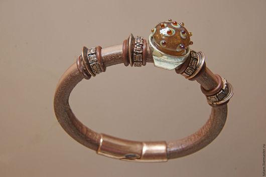 Очень стильный браслет с декоративным кабошоном из муранского и серебросодержащего стекла.