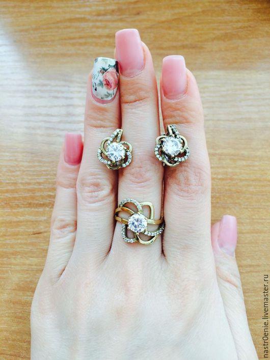Тоненькие и нежные серьги-цветки прелестно дополняются  колечком, которое несмотря на свои размеры являются примером Женственности))