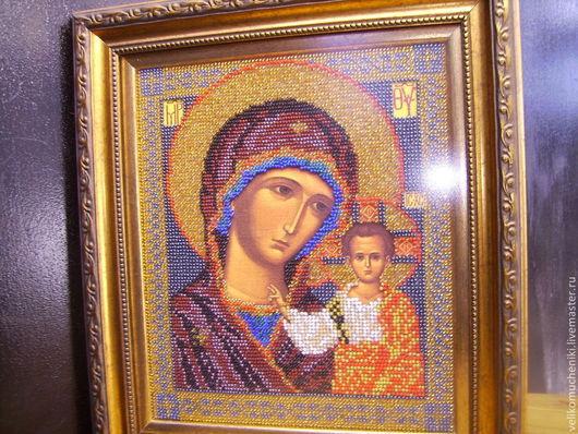 Икона вышита разноцветным чешским бисером вручную.  Богородица  с умилением смотрит  на ребенка. Одежды Богородицы выполнены в темно-бордовых тонах с серебряным и золотым отливом. Ребенок одет в белое