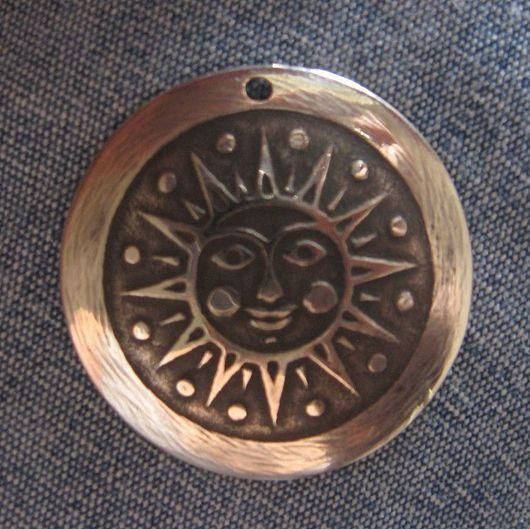 Солнце мельхиоровое. Мельхиор - один из медно - никилиевых сплавов, был популярен в советские времена, да и сейчас широко используется в ювелирном деле.  По благородству вида не уступает серебру.