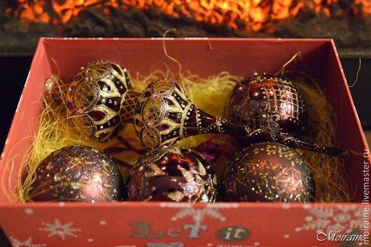 Елочные игрушки: стеклянные елочные шары и стеклянная елочная верхушка. Витражная роспись.