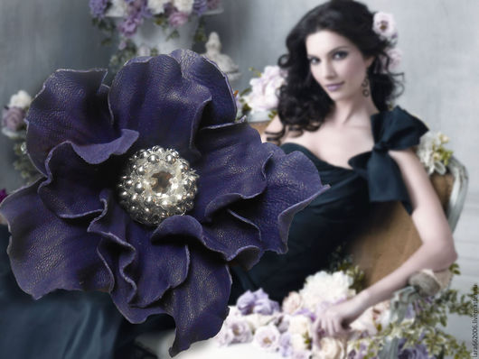 Брошь ручной работы,фиолетовый цветок,фиолетовый  цветок брошь,цветок из кожи, украшение из кожи, кожаные цветы,кожаные изделия,кожаные аксессуары,аксессуары из кожи,  фиолетовая брошь