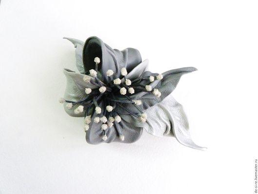 Кожаная брошь цветок `Перламутровая Дымка`. Подарок для женщины, девушке, Себе. Брошь на любую верхнюю одежду ( шубу, пальто, пиджак, платье, кардиган, свитер), а также - на сумку, на шляпу, на пояс.