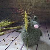 Мягкие игрушки ручной работы. Ярмарка Мастеров - ручная работа Мышь Запасливая СПИЦАМИ мастер-класс спицевый игрушка мышь. Handmade.