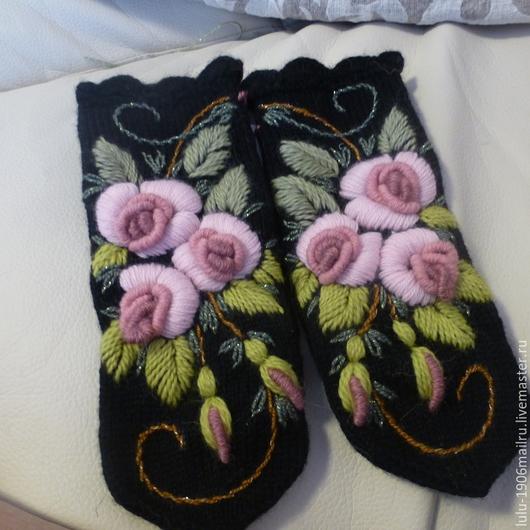 Варежки спицами с отделкой крючком с ручной вышивкой