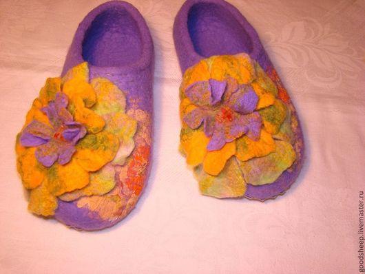 """Обувь ручной работы. Ярмарка Мастеров - ручная работа. Купить Тапки валяные """" Праздничные"""". Handmade. Сиреневый, желтый цветок"""