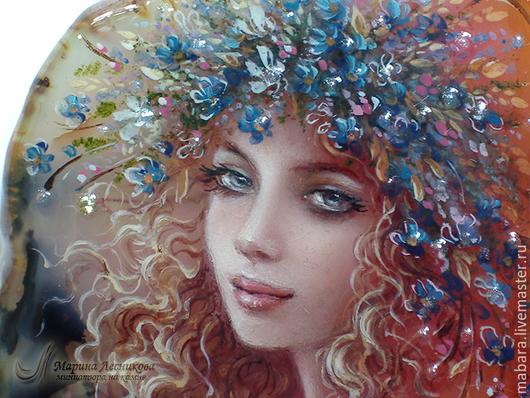 Кулон `Дева-Весна`. Прекрасная дева на прекрасном камушке - полупрозрачном розовом агате с затейливым рисунком моховых включений.