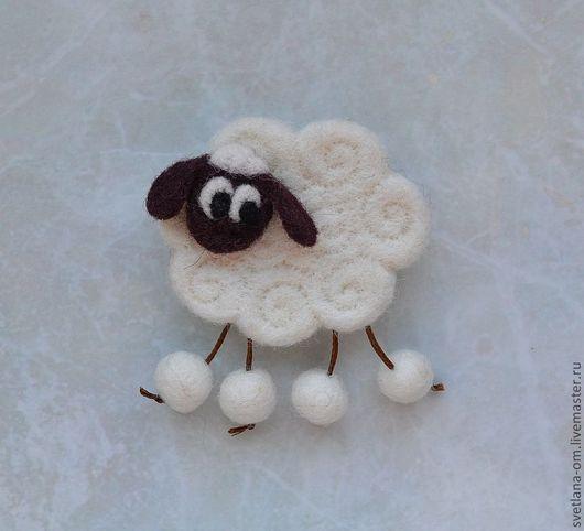 Овечка, овца, барашек, валяная брошь, брошь ручной работы, новогодний подарок, сувенир на Новый год, украшение ручной работы, магнитик.