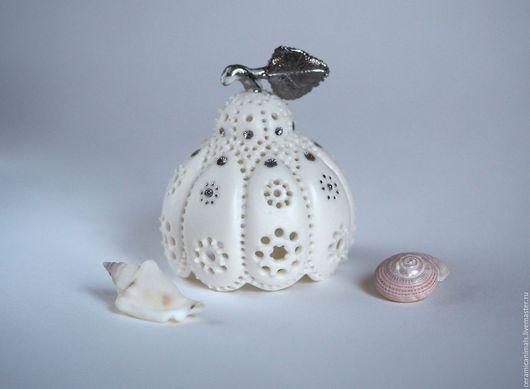 Колокольчик в форме цветка с восемью лепестками. Язык колокольчика выполнен в форме пестика. Колокольчик изготовлен из полупрозрачного фарфора ПАРИАН. Декорирован серебром с дополнительным обжигом
