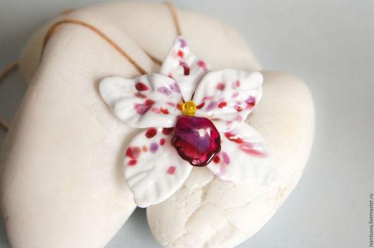 Кулоны, подвески ручной работы. Ярмарка Мастеров - ручная работа. Купить Подвеска Орхидея. Handmade. Комбинированный, белый, цветок, подарок