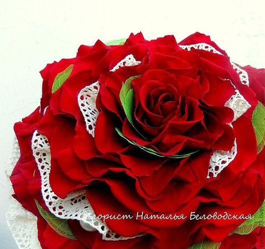 Такая розомелия из стабилизированной бордовой розы с кружевом цвета топленого молока очень подойдет яркой шатенке.