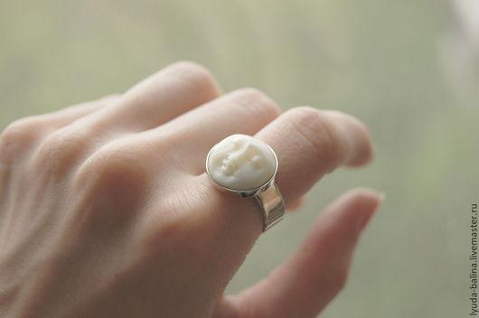 """Кольца ручной работы. Ярмарка Мастеров - ручная работа. Купить """"Лунная Леди"""" кольцо с камеей из кости. Handmade. Белый, кольцо"""