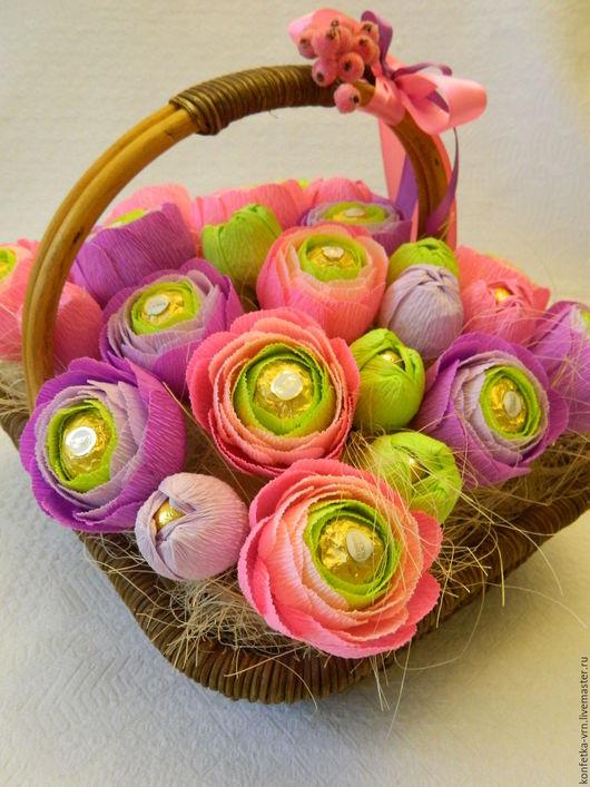 """Персональные подарки ручной работы. Ярмарка Мастеров - ручная работа. Купить Корзина с цветами из конфет """"Роскошные ранункулюсы"""". Handmade."""