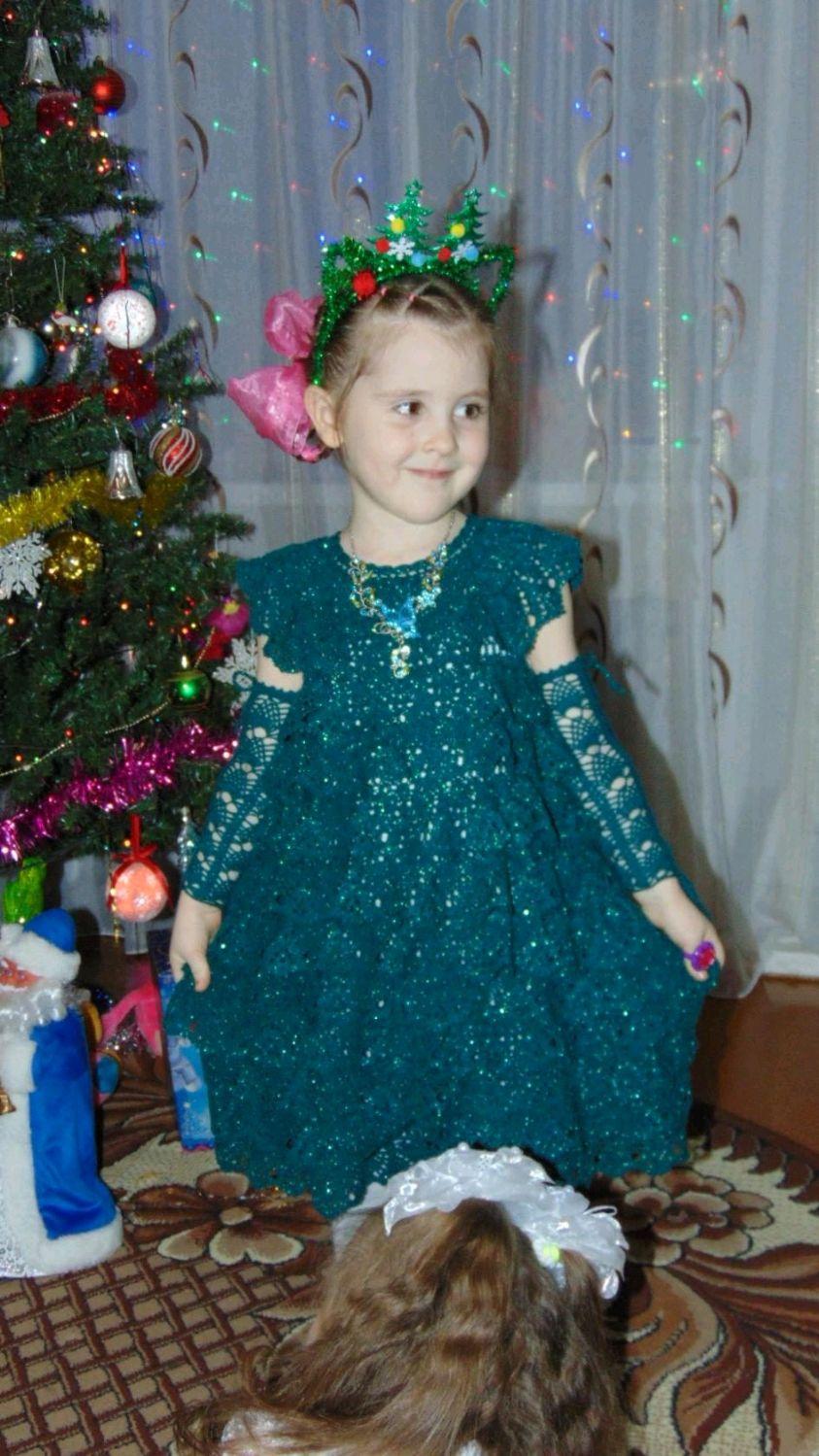 Вязаное крючком платье для девочки 4-5 лет + митенки