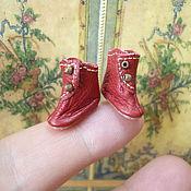 Куклы и игрушки ручной работы. Ярмарка Мастеров - ручная работа Крошечные красные сапожки для куклы, длина 16 мм. Handmade.
