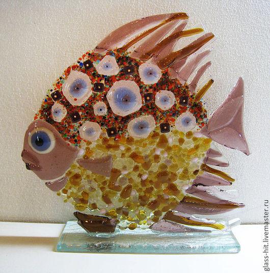 Рыбки в Фен-шуй представляют собой богатство и изобилие. … Рыбка смотрящая в верх символизирует высокие достижения в славе или карьере.