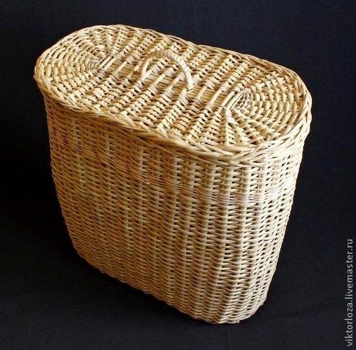 Плетеная овальная корзина с крышкой.