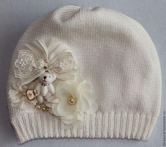 Изящная, милая шапочка из нежного хлопка очарует вас и вашу малышку. Шапочка хорошо подойдёт для тёплой весны и прохладного лета.