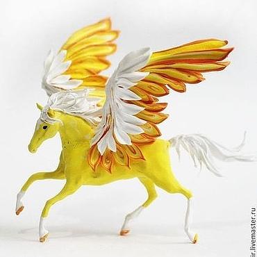 """Куклы и игрушки ручной работы. Ярмарка Мастеров - ручная работа Фигурка маленькая """"Солнечный пегас"""" (желтый, рыжий, белый). Handmade."""