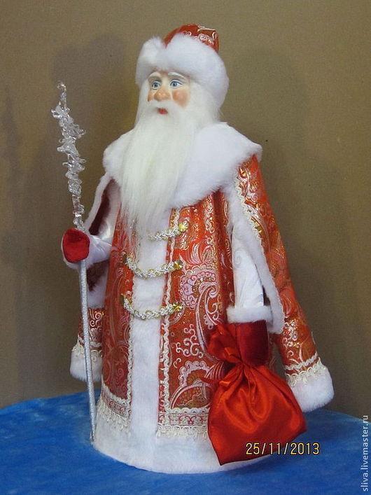 Дед Мороз 50 см в богатой красной парчовой шубе с мехом, боярскими рукавами, волшебным хрустально-ледяным посохом и мешком для подарка.