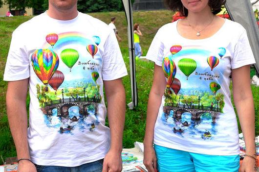 Дизайнерская футболка с авторским изображением `Влюбленные в небо`.