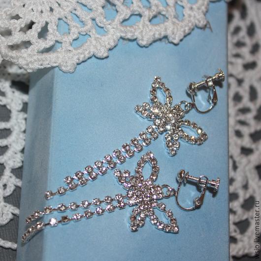 Клипсы с кристаллами  `Летят бабочки` цвет фурнитуры `серебро`