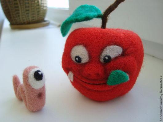 """Еда ручной работы. Ярмарка Мастеров - ручная работа. Купить """"Кто кого?""""  Шутливая композиция яблочко с червячком. Handmade. Разноцветный"""