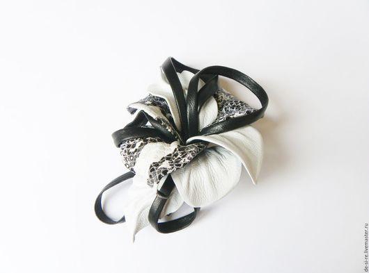Заколка-автомат  для волос из кожи `Джангл-Сити` черно-белая, питон.  Удобная и надежная заколка автомат для волос. Оригинальный объёмный цветок для волос, прически.  Романтическое украшение. Подарок.