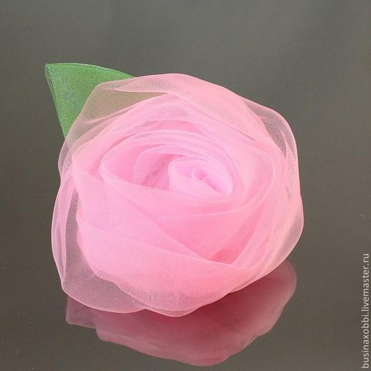 Цветок из ткани (огранза) крупный с листочком Цветок можно использовать как украшения для волос, так и в скрапбукинге Диаметр цветка 7 см, высота 4 см Цвет розовый