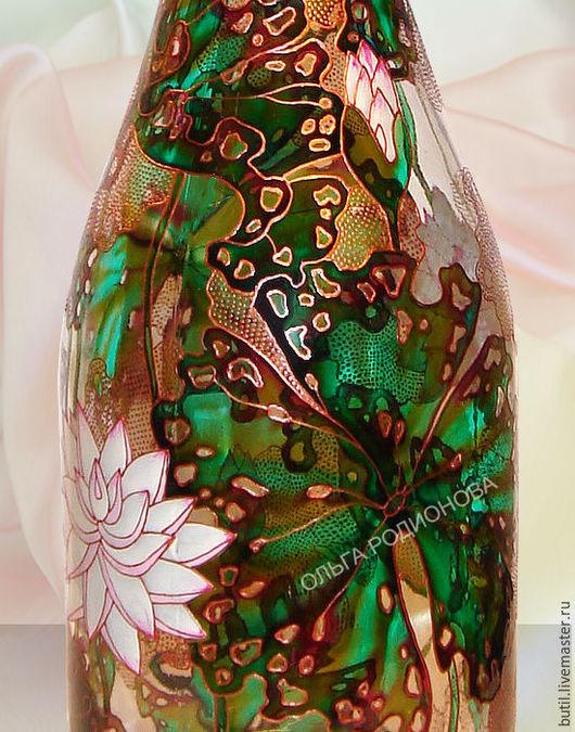 фрагмент бутылки с Лотосами крупным планом.