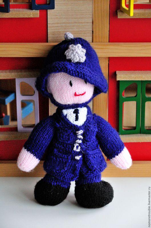 Человечки ручной работы. Ярмарка Мастеров - ручная работа. Купить Вязаная кукла Полисмен (Англия). Handmade. Вязаная игрушка
