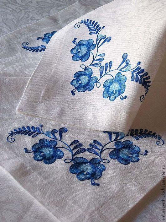 Льняная вышитая скатерть и салфетки с вышивкой Загадочная Гжель - отличный подарок на любой случай: подарок на Новый год, подарок на свадьбу, подарок на день рождения и стильное украшение интерьера.