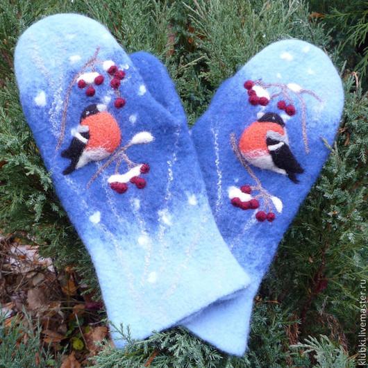 """Варежки, митенки, перчатки ручной работы. Ярмарка Мастеров - ручная работа. Купить Валяные варежки """"Снегири на синем"""". Handmade. Синий"""