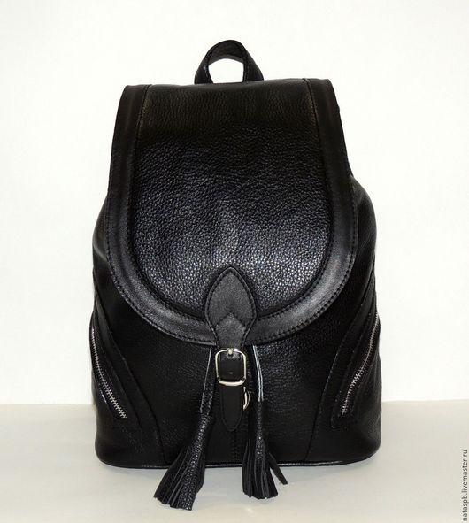 Стильный рюкзак «Валенсия» выполнен из плотной мягкой кожи, приятной на ощупь. Контраст с основной кожей рельефной структуры создает отделочная гладкая кожа.