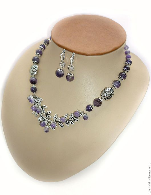 Колье и серьги`Прованс` выполнены из натурального Аметиста, круглых  8,10,12 мм  бусин. Качественная металлофурнитура цвета серебра.