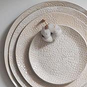 Тарелки ручной работы. Ярмарка Мастеров - ручная работа белая бежевая тарелка с текстурой кружева в деревенском эко стиле. Handmade.
