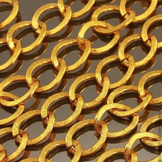 Цепочка из алюминия с покрытием цвета светлое золото с крупными звеньями овальной формы из плоской проволоки с шагреневой поверхностью для использования в сборке украшений