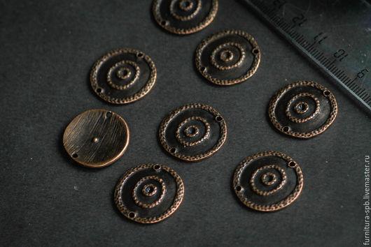 Коннектор круглый с двумя отверстиями медного цвета, с узором Круги. Диаметр - 2,2 см. На фото представлена  и обратная сторона.