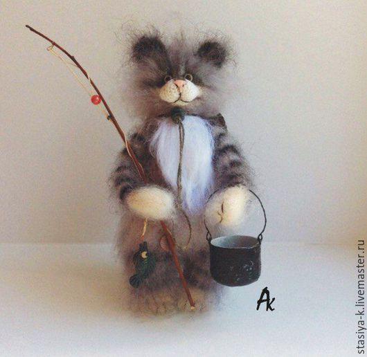 Авторская игрушка `Кот Матроскин на рыбалке`. Выполнен крючком из мохера и шерсти. Стоит сам, опирается на хвостик. Все лапы, шея и хвост сгибаются, внутри проволочный каркас.
