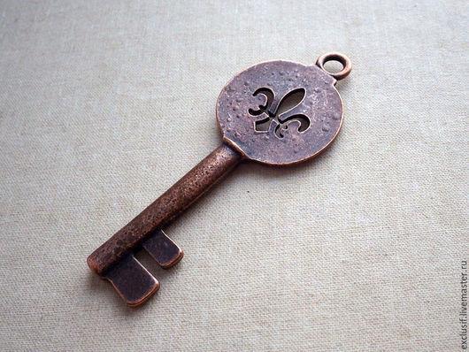 Фурнитура для создания украшений - подвеска в виде ключа для кулона. Крупный ключ под старину с геральдической королевской лилией Fleur de lys. Цвет ключа античная медь.  Размер ключа 8,5х3,2 см.