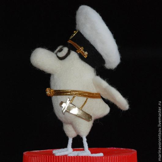 Птичка-офицер ВМС( Военно-Морских Сил) в парадной форме с кортиком на ремне.