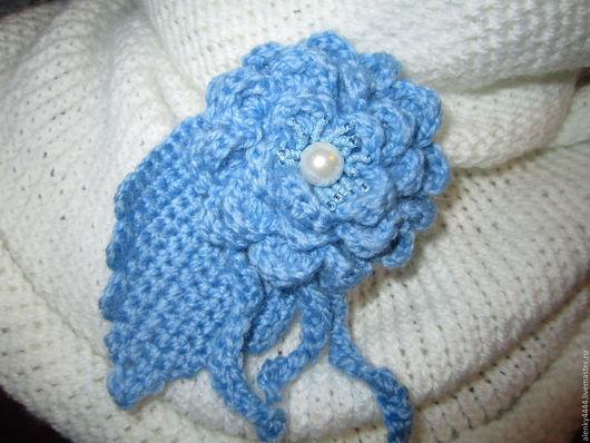 Брошь вязаная Голубой цветок из полушерсти подойдет на подарок и женщине, и девушке