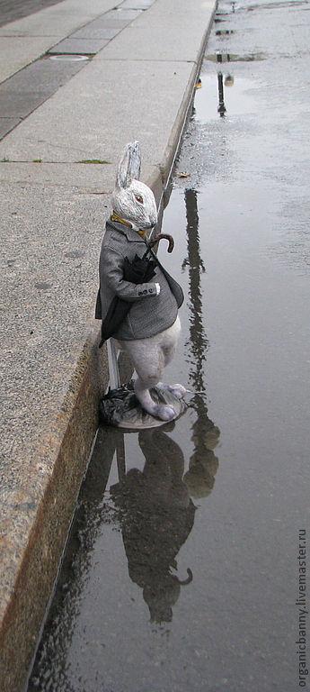 Привычная погода для города, когда воздух скорее пьёшь, чем  дышишь. Мистер Пуш на Дворцовой площади.