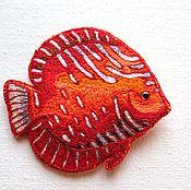 Украшения ручной работы. Ярмарка Мастеров - ручная работа Вышитая брошь рыбка дискус. Handmade.